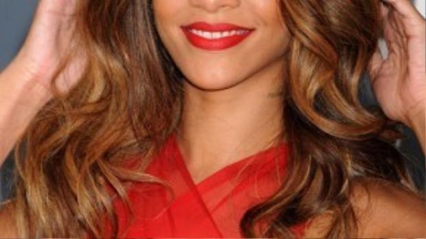 Rihanna thay đổi kiểu tóc gần như mỗi ngày, nhiều người lầm tưởng cô nhuộm tóc và tạo kiểu thường xuyên nhưng thực tế cô đã sử dụng tóc giả.