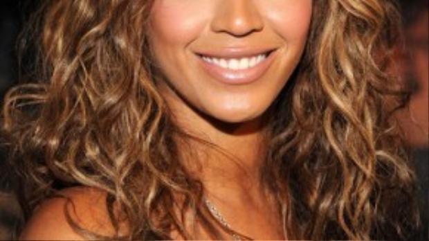 Beyonce không được đánh giá cao khi sử dụng tóc giả vì những sợi tóc không mấy tự nhiên và rời rạc.