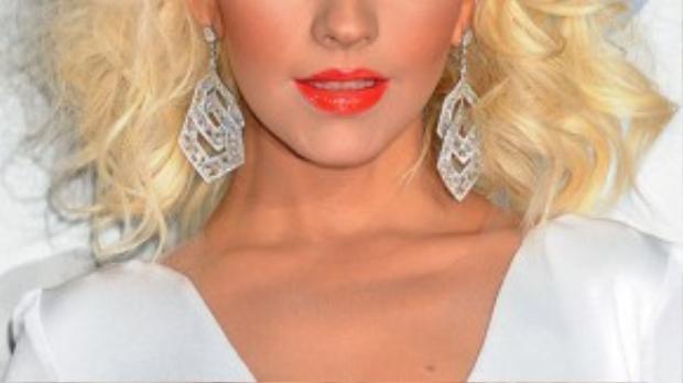 Ngôi sao tóc bạch kim nổi tiếng Christina Aguilera cũng từng xuất hiện với những bộ tóc giả. Việc thêm vào những lọn tóc giả khiến mái tóc cô thêm bồng bềnh và thu hút hơn hẳn.