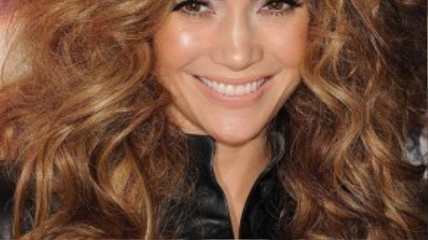 Jennifer Lopez vốn đã sở hữu mái tóc dày đẹp nhưng cô vẫn tăng thêm hấp dẫn cho khuôn mặt khi nhờ cậy vào tóc giả. Và kết quả mang lại hiệu quả và vô cùng phù hợp.
