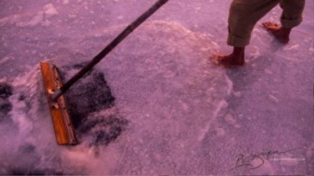 Người dân Hòn Khói chủ yếu sống nhờ vào những ruộng muối. Công việc vất vả, cực khổ nhưng không đem lại thu nhập cao.
