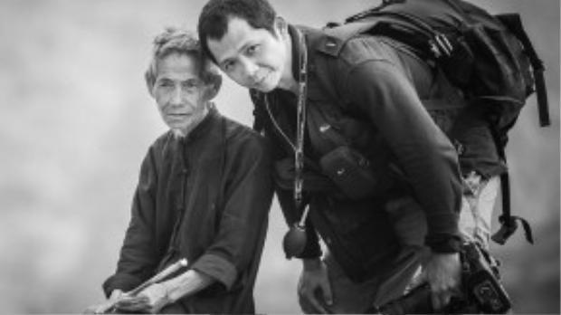 Nguyễn Vũ Phước (bên phải) là một tên tuổi lớn của làng nhiếp ảnh Việt Nam. Cùng với một người bạn nước ngoài, anh đã đến tìm hiểu và chụp lại những khoảnh khắc tuyệt vời của cácdiêm dân Hòn Khói trong một ngày làm việc của họ.