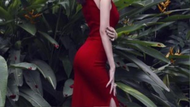 Trong khi cô chị luôn trung thành cũng những chiếc váy mang hơi hướm ôm sát body.