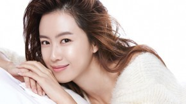 Cô là vợ của nam diễn viên Yoo Jun Sang và nổi tiếng từ cuối thập niên 90 qua những bộ phim truyền hình. Hong Eun Hee có vẻ ngoài nhã nhặn và diễn xuất dày dặn kinh nghiệm.