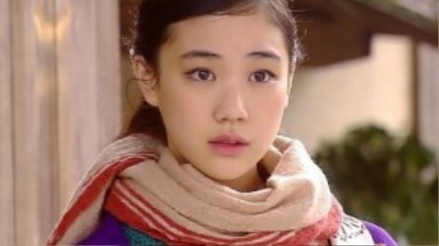 Nếu Song Joong Ki là mỹ nam mang gương mặt trẻ thơ của màn ảnh Hàn thì Yu Aoi sở hữu nét mộc mạc và trẻ trung như thiếu nữ dù đã bước qua tuổi 30.