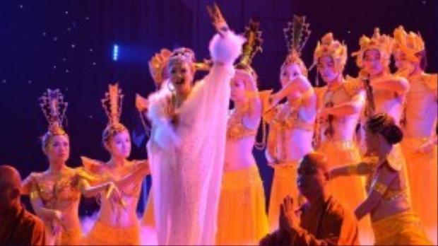 Phần trình diễn với tạo hình ấn tượng của Hồ Quỳnh Hương trong liveshow đỉnh cao của mình vào năm 2011.