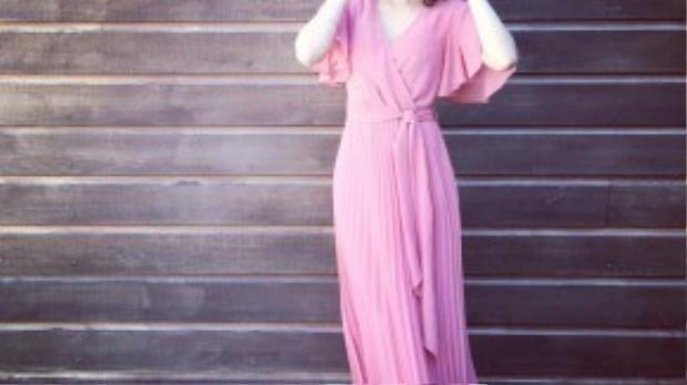 Phạm Hương diện một chiếc váy midi màu hồng thạch anh với kiểu dáng bay bổng, nhẹ nhàng. Người hâm mộ vô cùng thích thú với streetstyle tuần này của cô tại châu Âu.