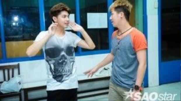 Biên đạo Hồ Quang Vinh hướng dẫn kĩ càng cho Noo Phước Thịnh trước khi tập.