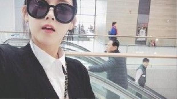 Soyeon thích thú khoe ảnh selfie tại sân bay.