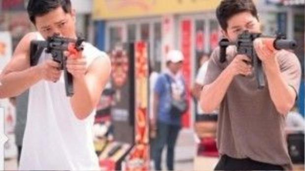 Cả hai cùng nhau tập luyện cảnh bắt trộm trong phim