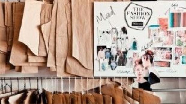 Giữ vai trò ở hậu trường, nhưng cũng là một điểm nhấn quan trọng tạo nên sức hút của The Fashion Show power by TRESemme là ê-kíp sản xuất. Đó làkiến trúc sư, nhà thiết kế đồ họa, nhiếp ảnh gia, nhà thiết kế thời trang Dzũng Yoko trong vai trò chỉ đạo mỹ thuật, thiết kế sân khấu, giám đốc sản xuất Trần Hà Mi, chuyên viên trang điểm Tùng Châu và nhà tạo mẫu tóc hàng đầu thế giới Michael Barnes,…