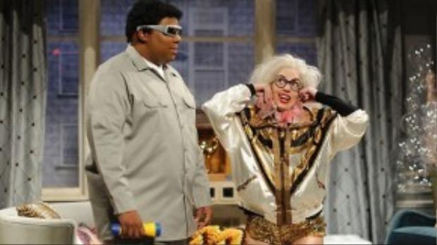 Lady Gaga hóa thân 'bà lão cô độc' trong Saturday Night Life (16/11/2013)