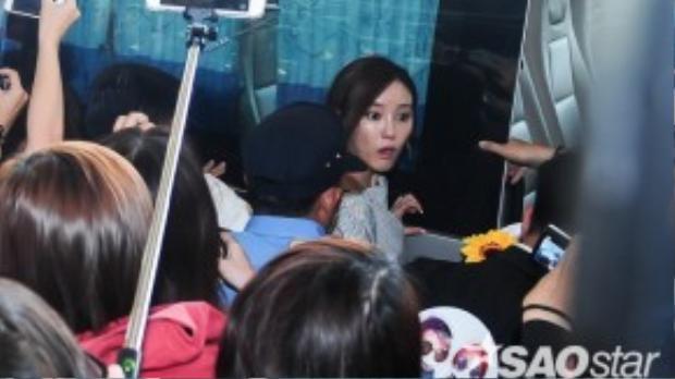 Vô tình bị giẫm phải chân, Hyomin hoảng sợ và hét toáng lên.