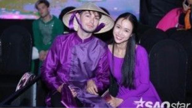 Vũ Ngọc Anh hóa thân thành thiếu nữ Huế duyên dáng trong tà áo dài truyền thống.