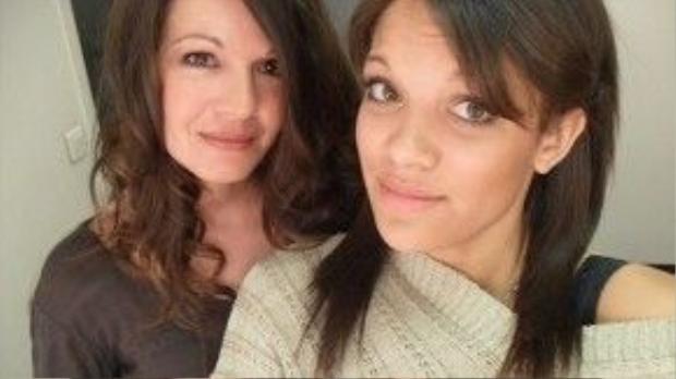"""Manon (phải) luôn sống trong tình yêu thương của """"mẹ nuôi"""". Ảnh: Sophie Serrano"""
