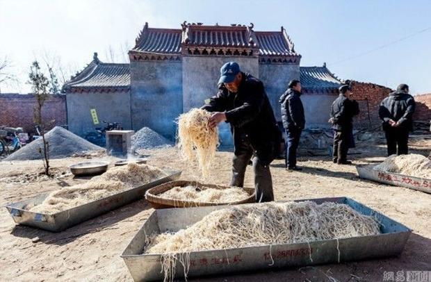 2.000 người xì xụp húp mì nấu trong nồi khổng lồ nhân ngày rồng ngóc đầu