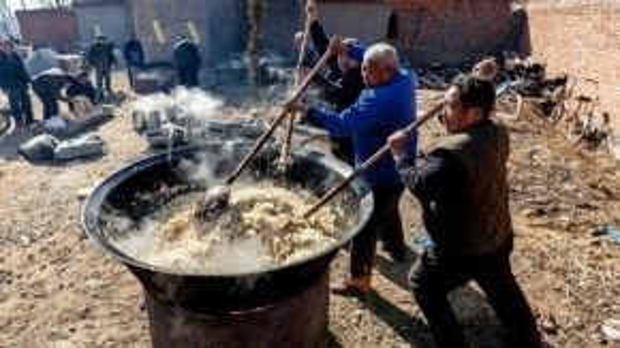 Từ sáng sớm, một số người dân trong làng đã tập trung tại đình Bailong để chuẩn bị nấu mì và bát đũa để phục vụ bà con. Ảnh: Shanghaiist