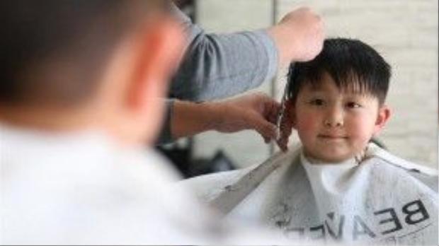"""Để tỏ lòng biết ơnvà tìm kiếm may mắn, người Trung Quốc thường đicắt tóc vào dịpnày. Do đó, Longtaitoucòn được biết đến với cái tên """"lễ cắt tóc"""". Ảnh: Xinhua"""