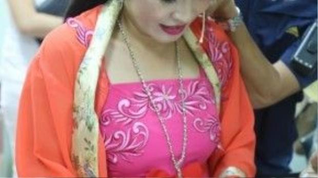 Trong lúc chuẩn bị lên sân khấu, Phương Thanh không rời mắt với chiếc điện thoại trên tay.