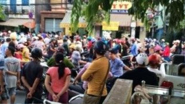 Hàng trăm người dân theo dõi vụ đánh nhau giữa Sơn và nhóm của Phú, sau đó phải chạy tán loạn vì nghi can Sơn ném lựu đạn ra đường.