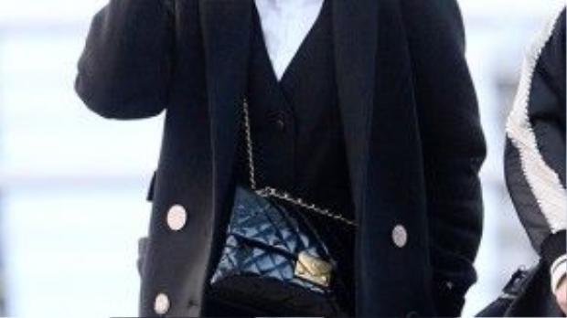 Điểm nhấn của cả bộ trang phục phong cách geek-chic là chiếc túi xách Chanel Flap mới nhất.