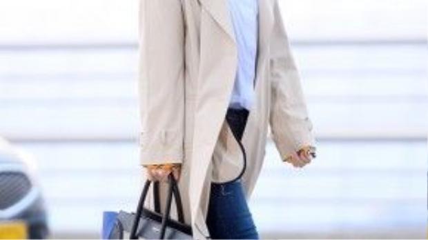 Eunjung kết hợp áo khoác màu camel, kính rayban cùng túi xách Celine Luggage phối màu sành điệu. Thêm vào đó là đôi slip-on ánh kim tiện dụng nhưng cũng không kém nổi bật.