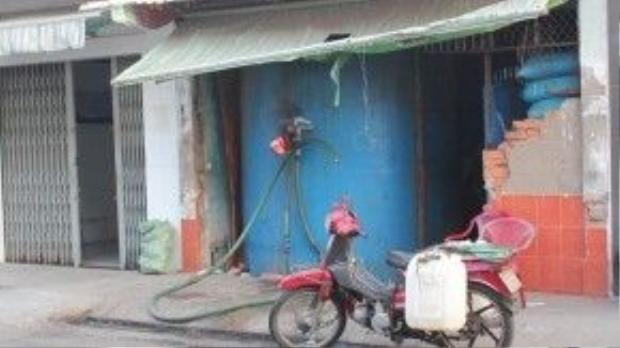 Một hàng bán nước biển tự nhiên trên đường Tôn Thất Thuyết, quận 4. Mỗi tuần cửa hàng bán hơn 300 m3 nước biển. Ảnh: Zen Nguyễn.