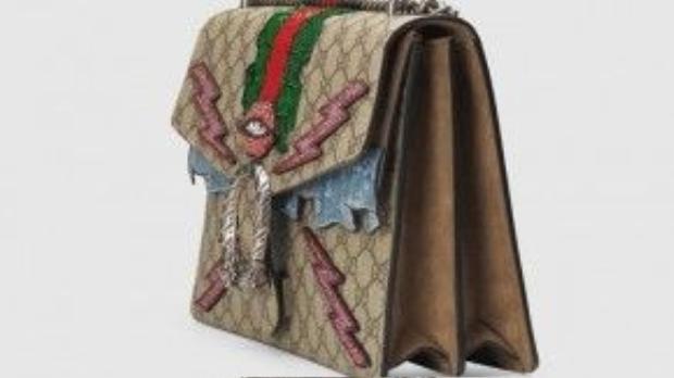 Túi có Lớp vải lót da lộn và túi bên trong có màu ton-sur-ton với túi, dây đeo dạng chuỗi dài.