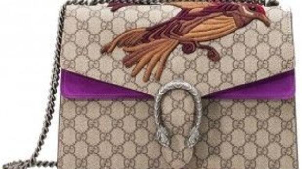 Dòng túi mới in họa tiết GG Supreme, được xem là phiên bản hiện đại của motif hai chữ G - tên viết tắt của nhà sáng lập Guccio Gucci, xuất hiện đầu tiên trên khóa cài hình vuông vào những năm 1960.