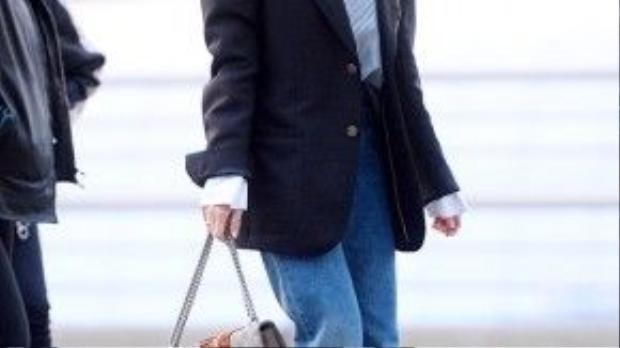 Chiếc túi Gucci nổi bật trước tổng thể set đồ siêu chất của mỹ nhân này.