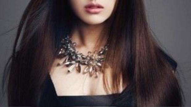 Khuôn mặt sắc lạnh của Kim Ji Won với màu son hồng cánh sen tone nhạt và đường kẻ mắt hơi đậm. Lối trang điểm nhạt, tự nhiên khiến cô nàng đẹp đến ngây dại.