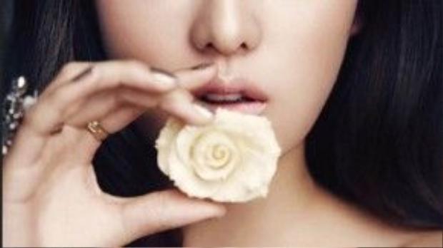 Son môi màu nude, bầu mắt xanh bạc và đường kẻ eyeliner đậm, thần thái của Kim Ji Won toát lên qua biểu cảm cuốn hút.