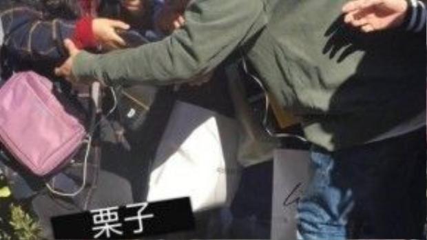 Cảnh hỗn loạn xảy ra và Hoàng Cảnh Du vội đỡ một fan nữ bị ngã.