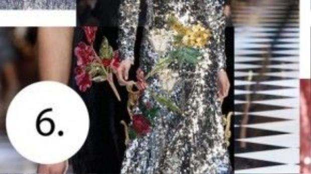 """Dolce & Gabbana thực hiện chính sách """"bình mới rượu cũ"""" tức là vẫn lấy hoa văn của hoa, cây, lá làm chủ đạo nhưng được thiết kế trên mẫu vải nhăn ánh kim, một sự kết hợp mới lạ."""