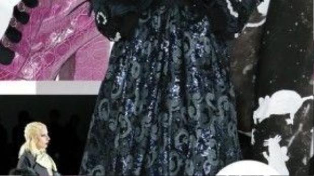 Marc Jacobs cầu kỳ và chỉn chu đến từng chi tiết: trang phục, phụ kiện tới trang điểm và tạo kiểu tóc.