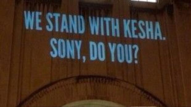 """Các fan 'phù phép' trên tòa nhà Sony - """"Chúng tôi luôn ở bên Kesha. Sony, còn bạn thì sao?"""""""