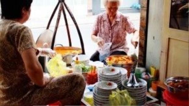 Chỉ một quang gánh nhỏ, không cần dùng tới bất kỳ chiếc bàn nào nhưng quán bánh canh của bà Huối vẫngiữ chân khách cũ và thu hút khách mớisuốtnhiều thập niên qua.