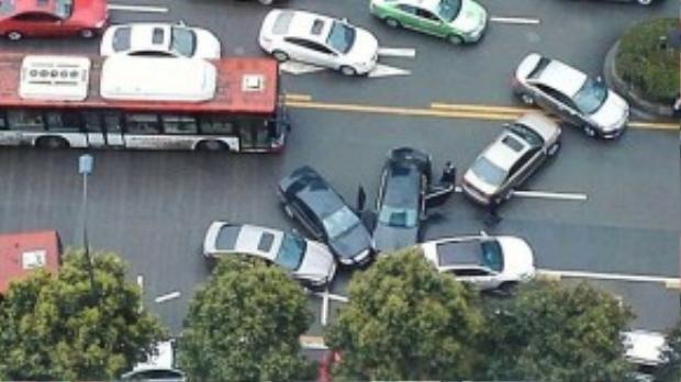 Không hiểu tại sao 4 chiếc ô tô lại có thể chụm đầu vào nhau như vậy? Ảnh: CEN