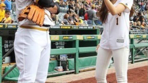 Hyomin và Kang Jung Ho thân thiết trên sân bóng.