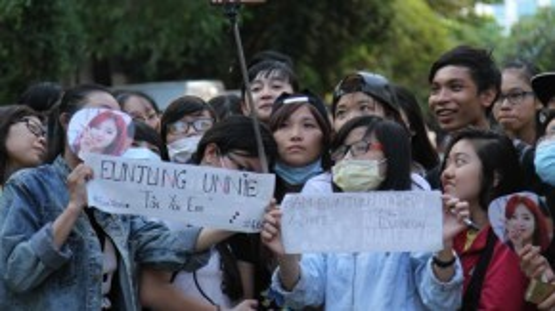 Nhiều bạn trẻ còn viết sẵnlời tỏ tình bằng tiếng Hàn và tiếng Việt để gửi đến thần tượng.