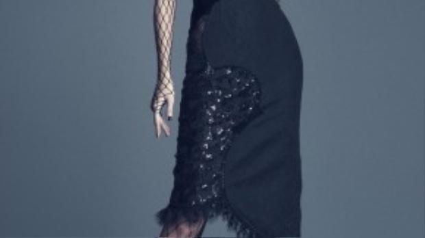 Nữ người mẫu khoe dáng trong phom váy cocktail ôm sát. Thiết kế gây ấn tượng ngay từ cái nhìn đầu tiên bởi sự kết hợp nhiều mảng chất liệu như: ren, lưới, sequins, voan…