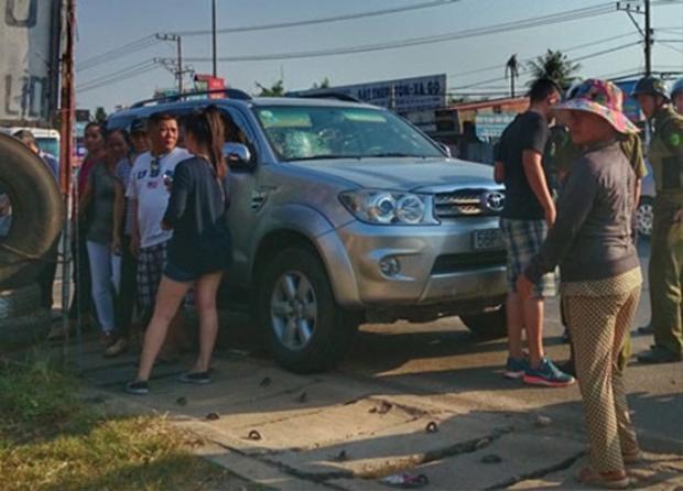 Va quẹt xe, nhóm phượt vây đánh người đi ô tô