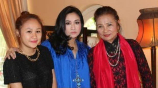 Nghệ sĩ ưu tú Thanh Hương ( ngoài cùng bên phải) cùng con gái Thanh Lam và cháu ngoại.