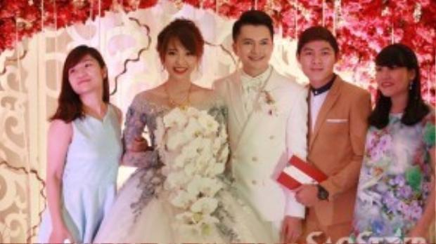 Lễ cưới chỉ có sự tham gia của gia đình và bạn bè thân thiết.