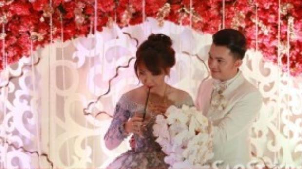 Nam Cường săn sóc cho vợ trong suốt buổi lễ.