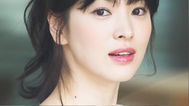 Gò má ửng hồng đáng yêu của Song Kye Kyo không hề khó thực hiện. Các bạn chỉ cần chọn lựa phấn phù hợp tông da, đánh nhạt ngay dưới gò má để tạo hiệu ứng màu nhẹ nhàng.