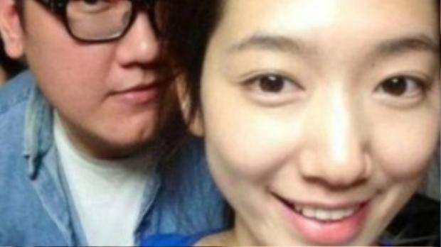 Anh trai Park Shin Hye có sự khác biệt quá lớn với cô em gái xinh đẹp. Nhiều người cho biết vì Park Shin Hye khởi nghiệp khi còn nhỏ nên không vướng nghi vấn thẩm mỹ.