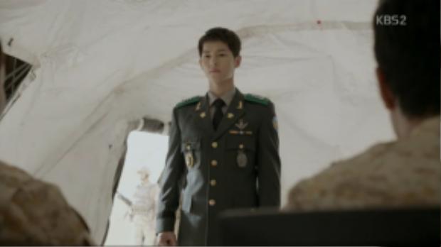Trong trang phục chính của quân nhân, Song Joong Ki chững chạc và trưởng thành hơn nhiều với quân hàm đại úy.