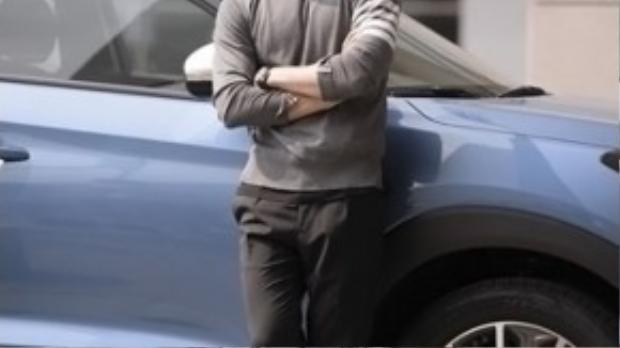 Điều đặc biệt của Song Joong Ki khi anh là một tín đồ của giày thể thao, và đây là đôi giày anh đi là Adidas stan Smith trắng, có giá khoảng 75 USD (khoảng 1,8 triệu).