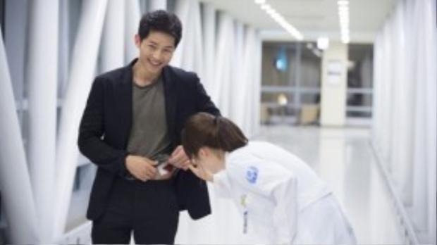"""Lần duy nhất chúng ta nhìn thấy Song Joong Ki mặc vest """"khoe"""" vết thương cho cô nàng bác sĩ Song Hye Kyo, thời điểm cả hai trúng tiếng sét ái tình."""
